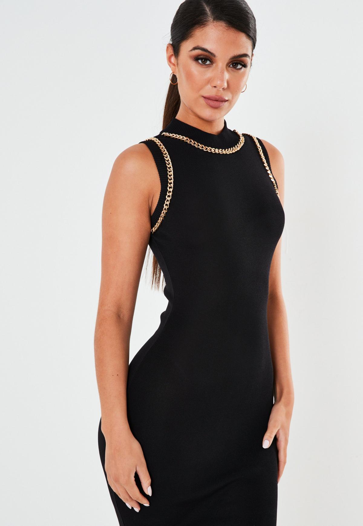 Czarna dzianinowa sukienka midaxi z ozdobnym łańcuszkiem