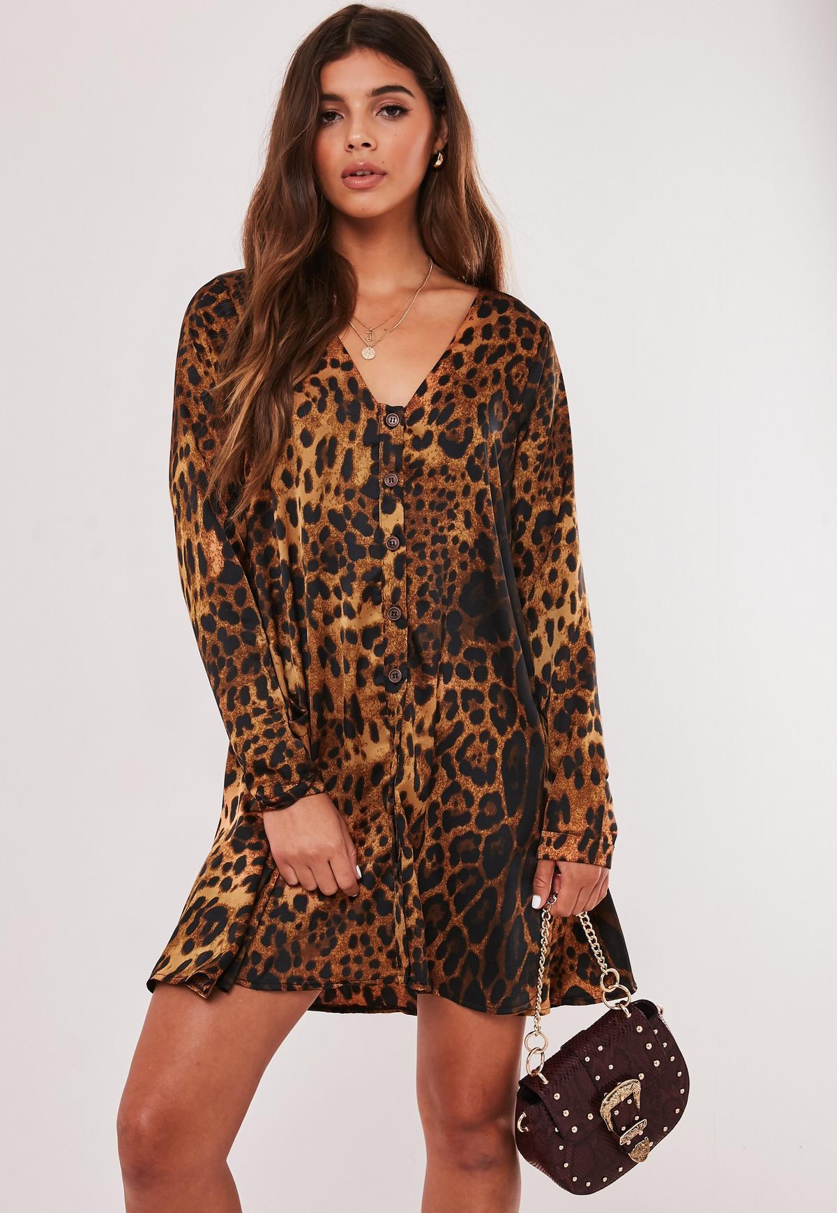 tall mini-hängerkleid mit leopardenmuster und knöpfen in