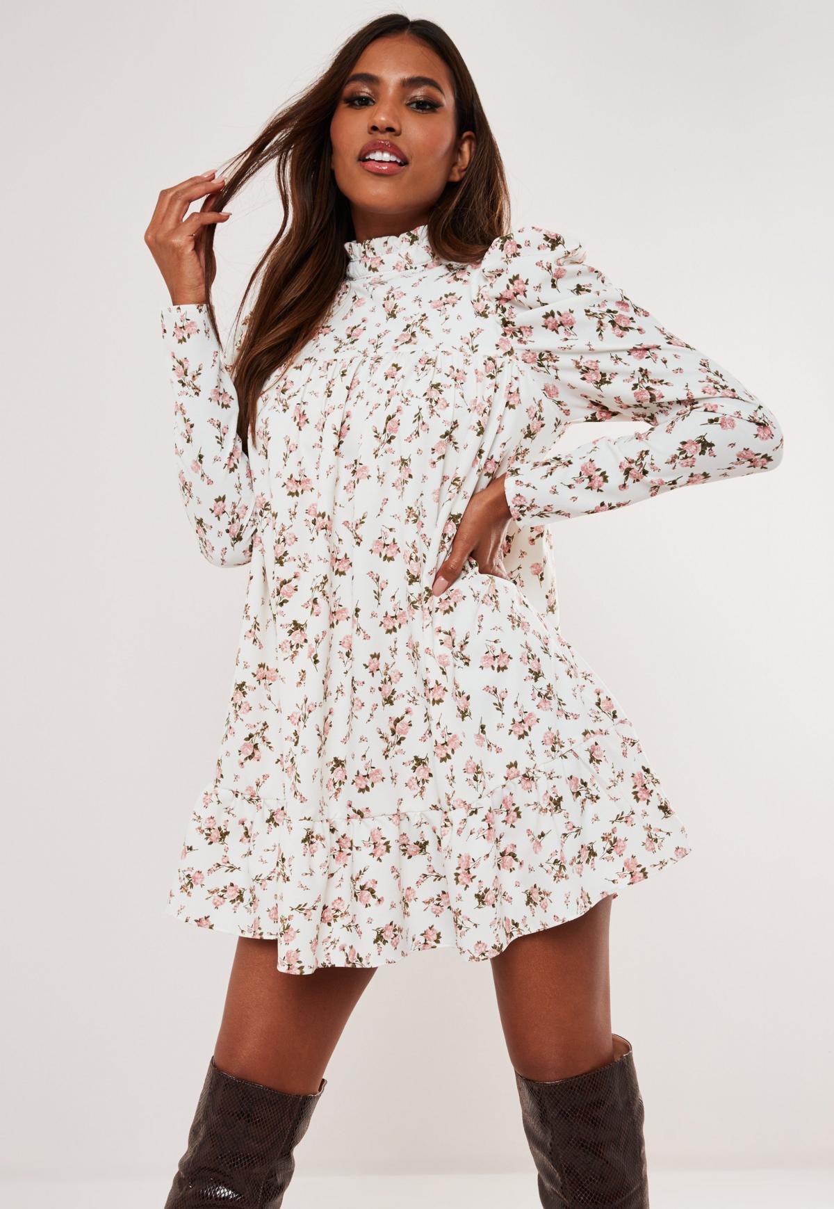 Biała sukienka w kwiaty z długimi bufiastymi rękawami