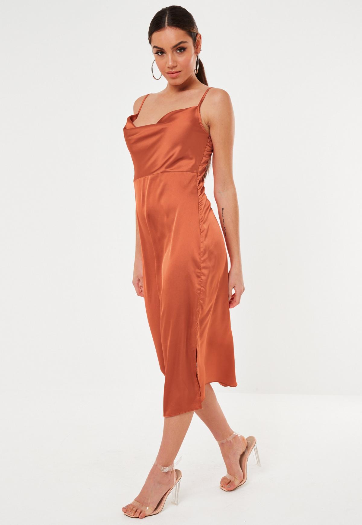 Robe Caraco Mi-Longue Style Nuisette en Satin Moutarde à