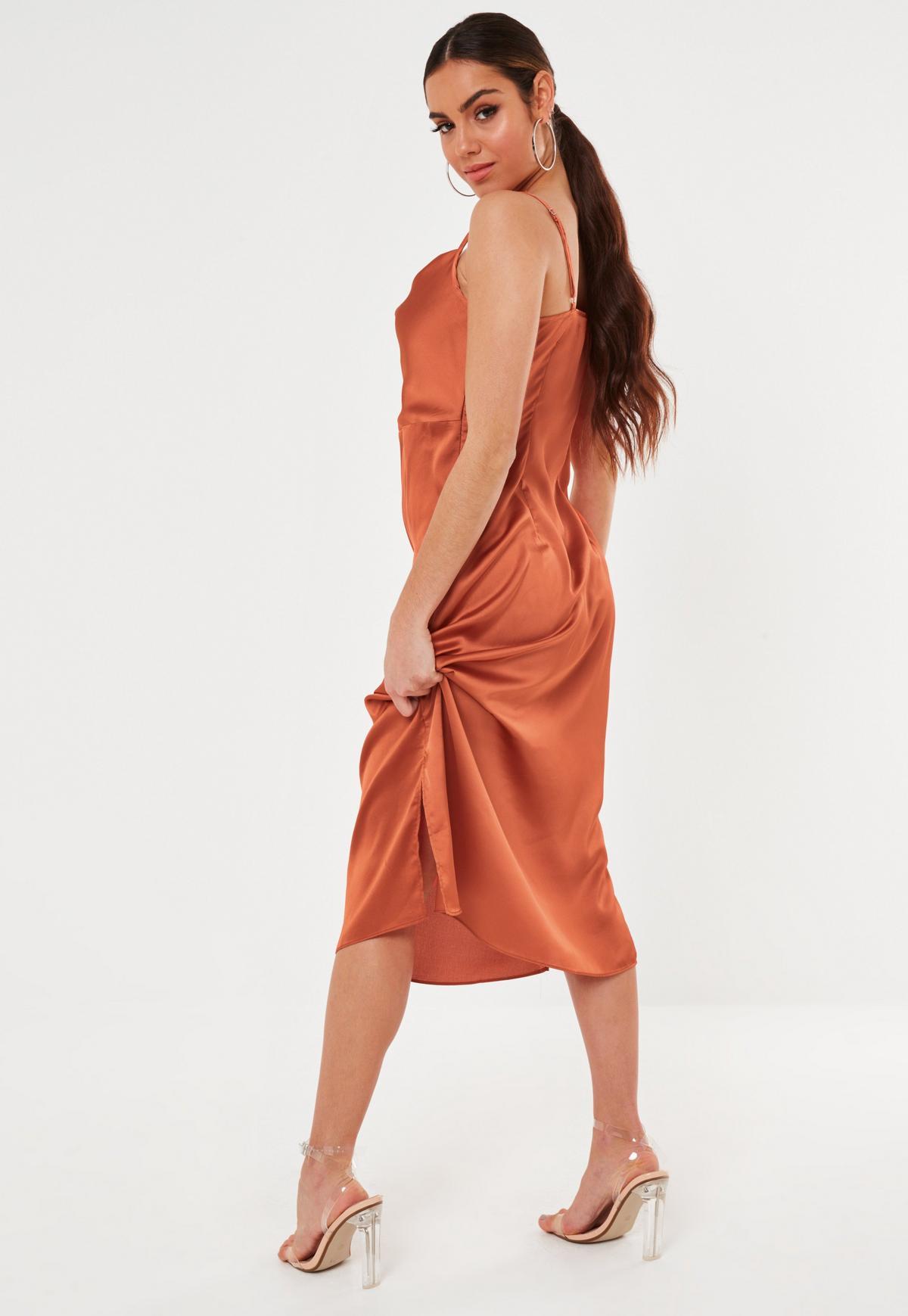 Robe Caraco Mi-Longue Style Nuisette en Satin Noir à Col