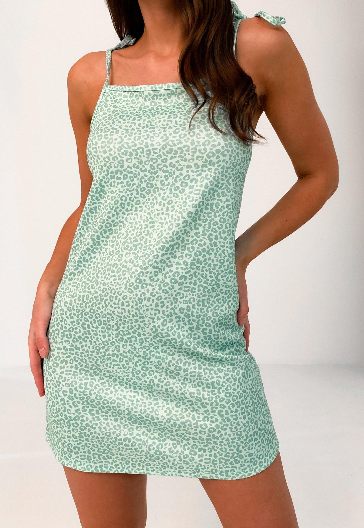 Kleid mit gebundenen Spaghettiträgern und Leopardenmuster in Salbeigrün