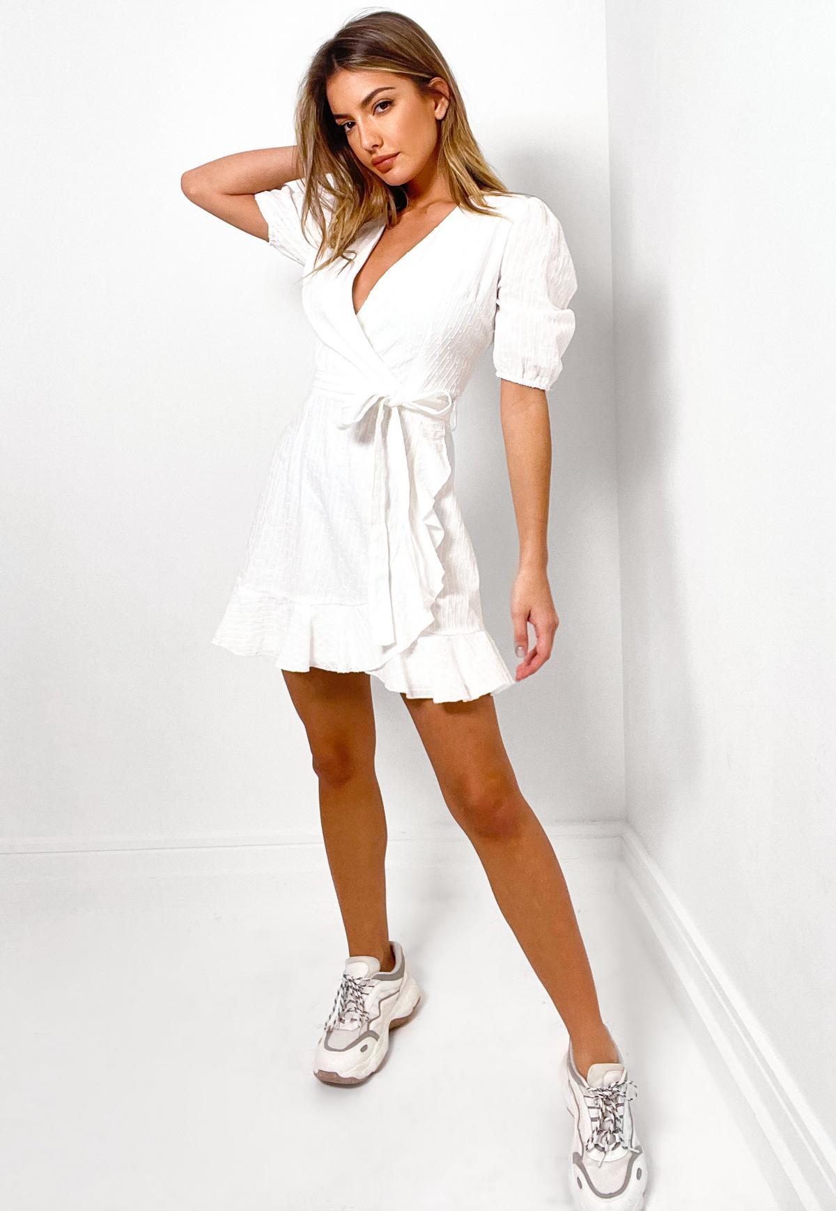 Minikleid mit Rüschensaum und Lochstickerei in Weiß
