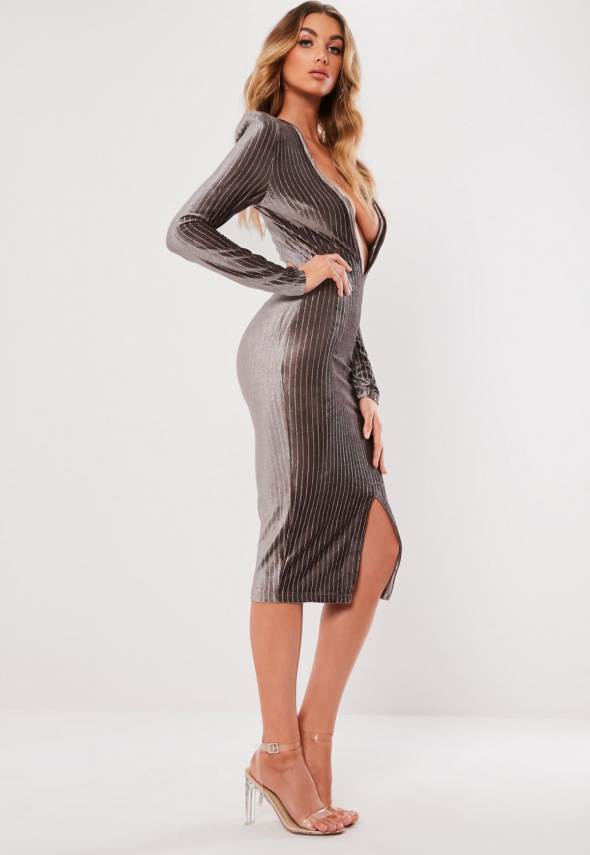 Gestreiftes, metallisches Kleid mit tiefem Ausschnitt in Grau