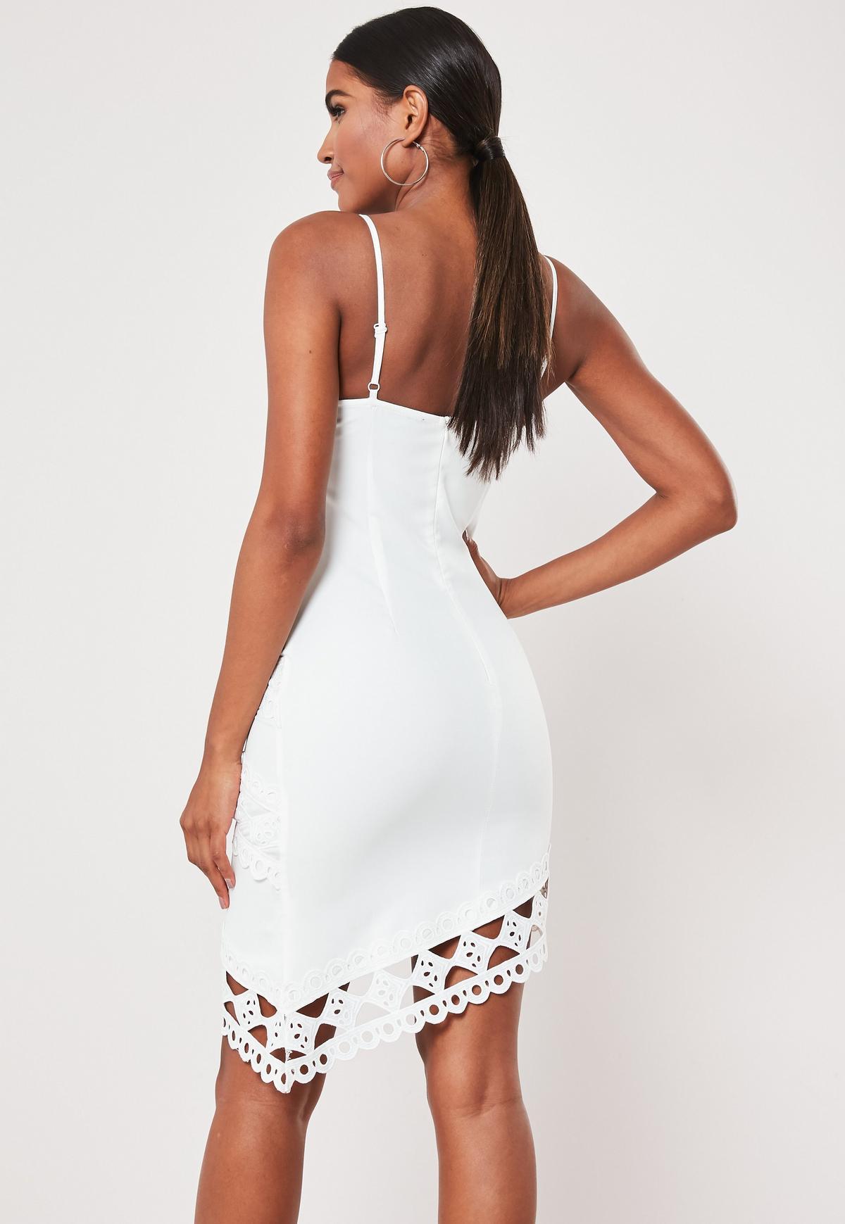 Asymmetrisches Minikleid mit gehäkelter Spitze und Spaghettiträgern in Weiß