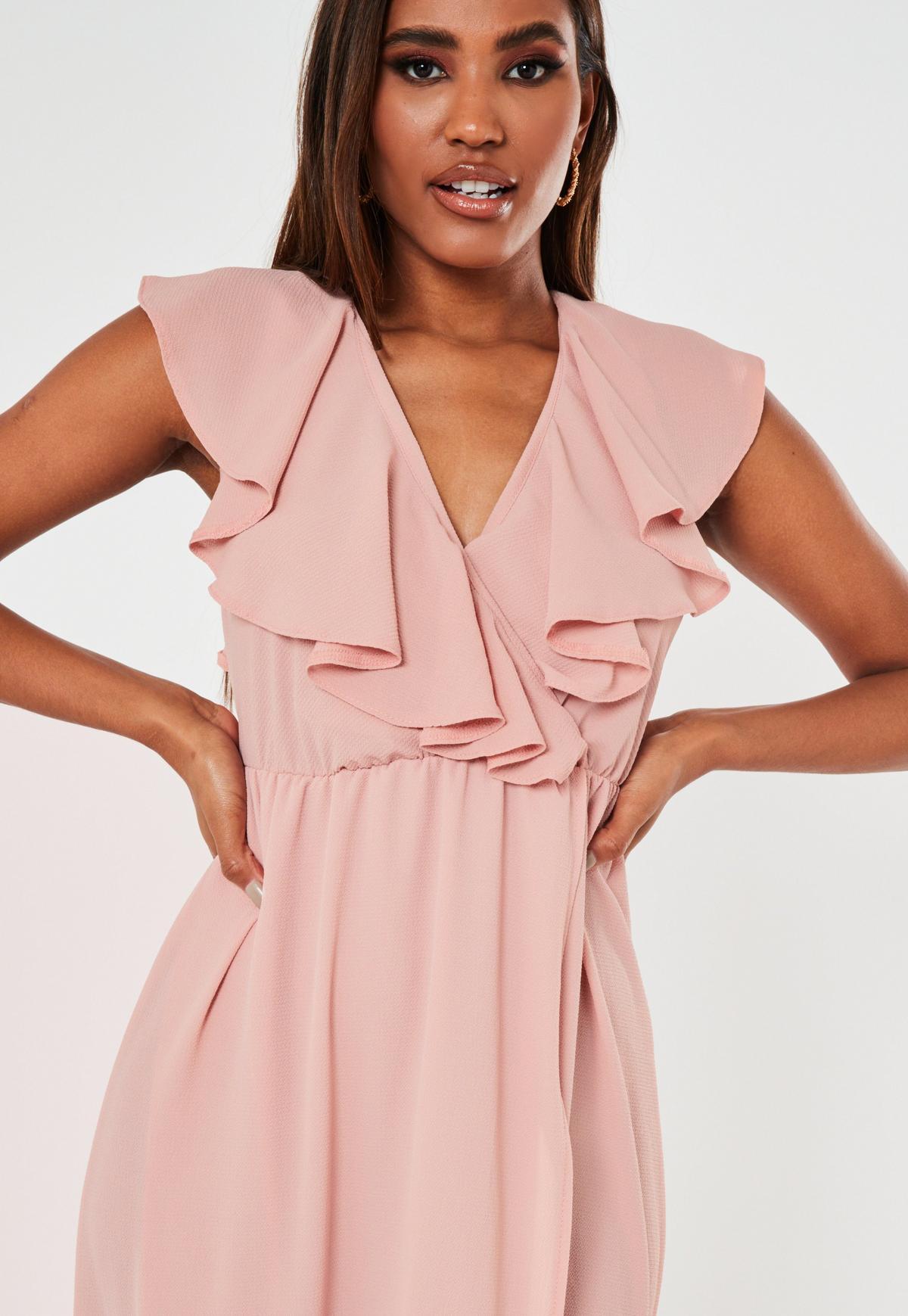 Różowa sukienka maxi z falbankami i rozcięciem