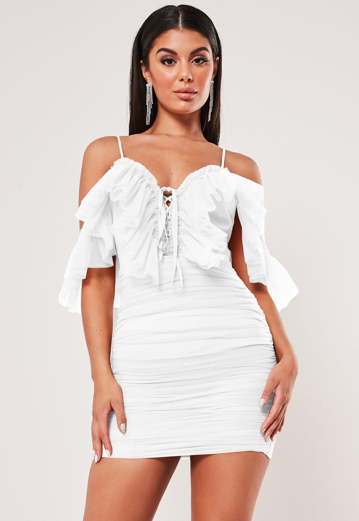 Biała sukienka mini na ramiączkach z falbankami i wiązaniem na dekolcie