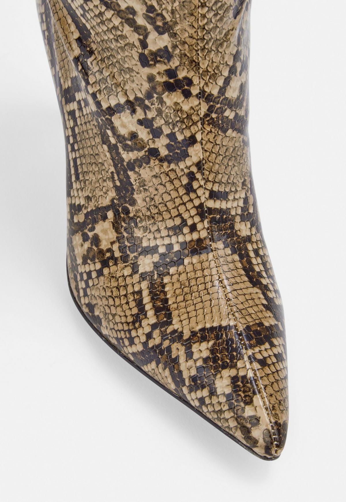 Jasnobrązowe kozaki w wężowy wzór na szpilce