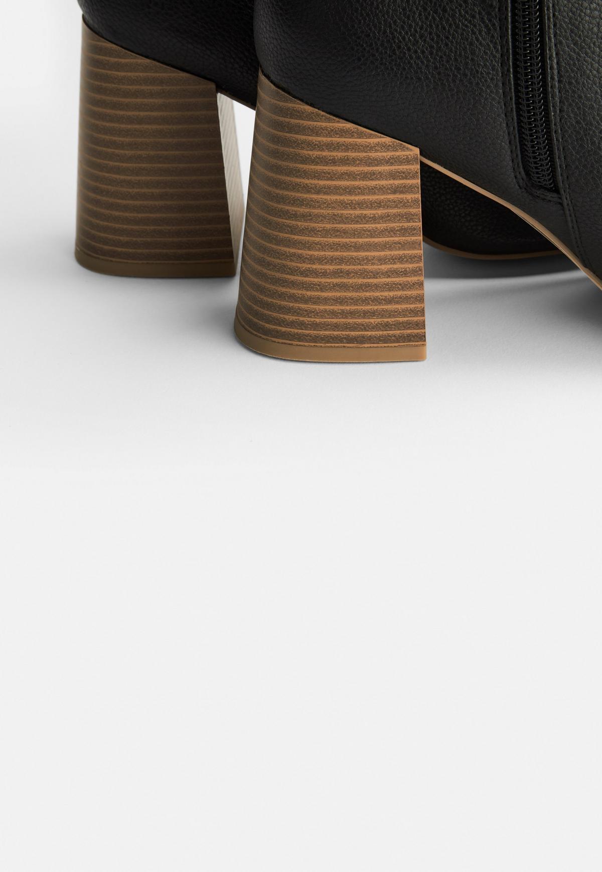 Bottines noires à talon en bois rainuré