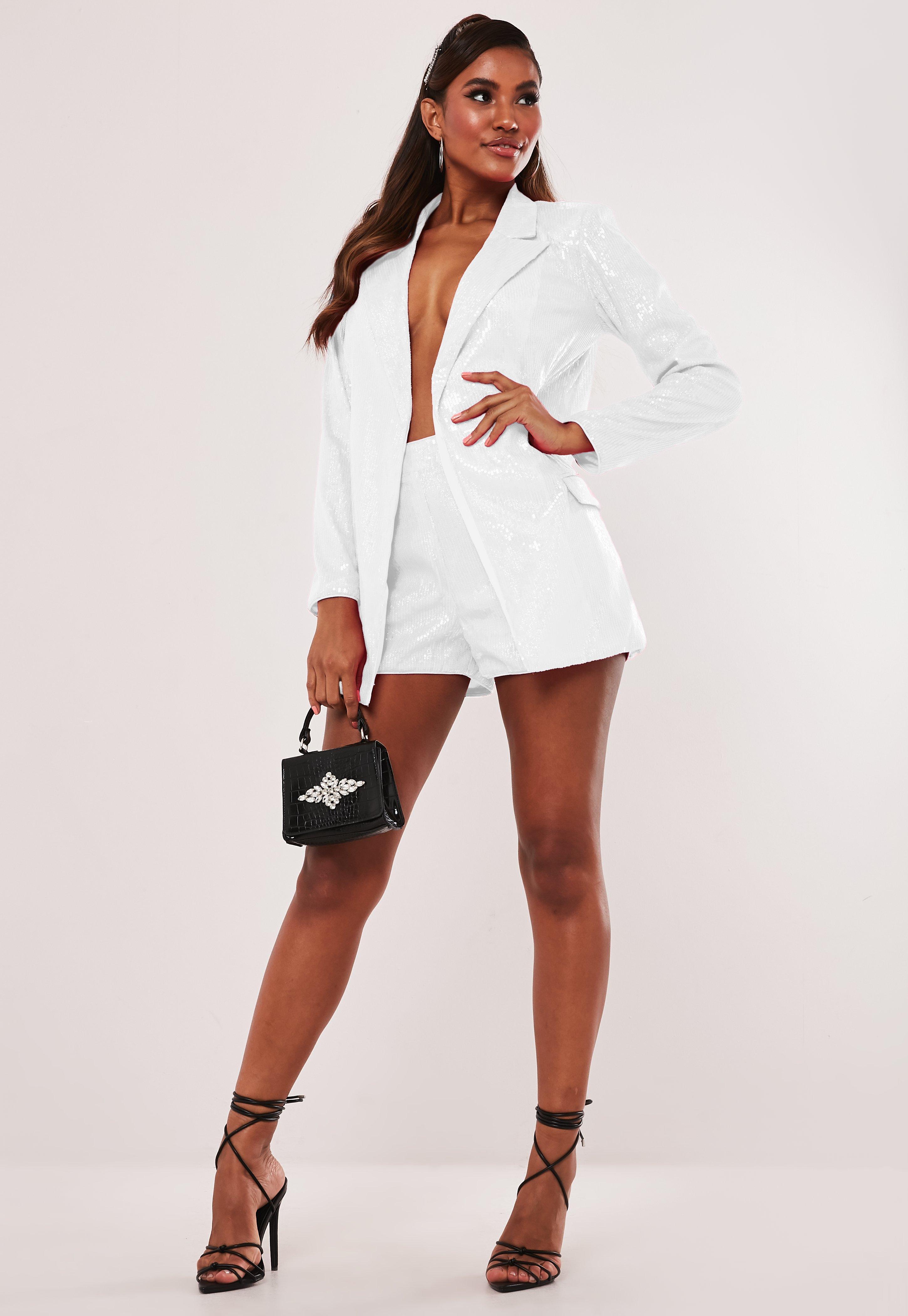 Short blanc à paillettes style tailleur |