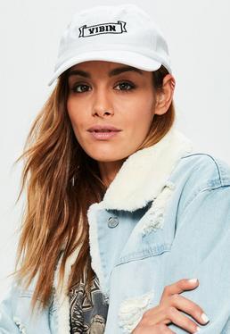 Biała czapka z daszkiem z nadrukiem vibin