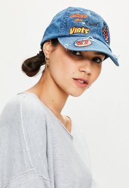 Niebieska jeansowa czapka z daszkiem z naszywkami