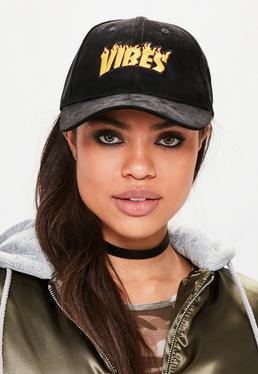 Czarna zamszowa czapeczka z daszkiem z nadrukiem Vibes