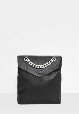 Czarny plecak z ozdobnymi łańcuchami