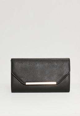 Czarna torebka kopertówka z ozdobną blaszką