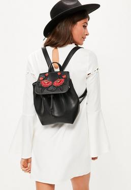 Czarny skórzany plecak z kwiecistym haftem
