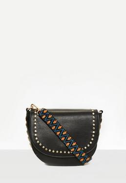 Gespickte Umhänge-Handtasche mit Gitarren-Riemen in Schwarz