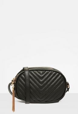 Czarna pikowana torebka z paskiem na ramię i ozdobnym frędzlem