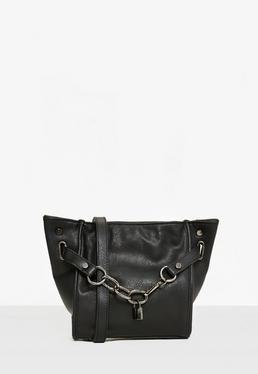 Czarna torebka na ramię z ozdobnym łańcuchem i kłódką
