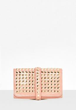 Bolso clutch con tachuelas en rosa