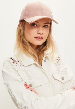 Różowa zamszowa czapka z daszkiem z ozdobnymi kółkami