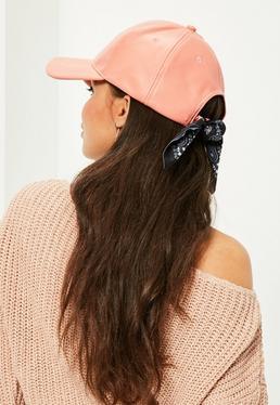 Różowa czapka z daszkiem z ozdobną bandaną