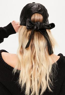 Czarna czapka z satynową kokardką