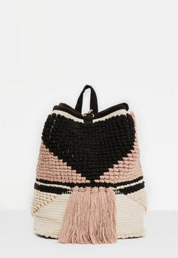 Mochila de crochet con borlas en negro