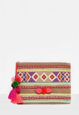Bolso clutch con pompones bordado en caqui