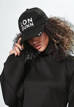 Czarna czapka z daszkiem z ozdobnymi kółkami i logo Londunn + Missguided