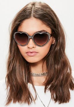 Brązowe okulary przeciwsłoneczne w oprawkach w kształcie serca z diamencikami