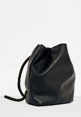 Bolso mochila con cordón en negro