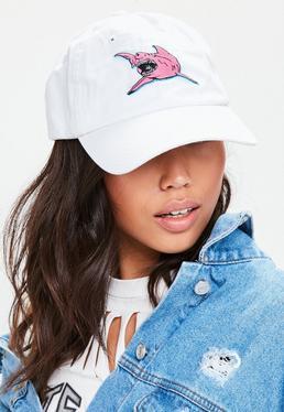 Biała czapka z daszkiem z naszywką rekinem