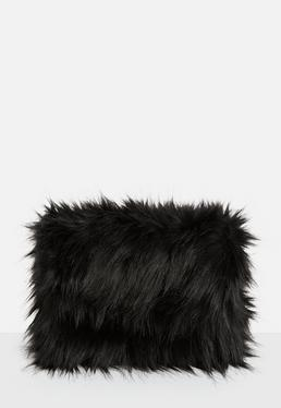Clutch oversize de pelo sintético en negro