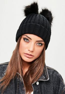 Czarna czapka z futrzanymi pomponami