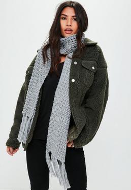 Bufanda de punto grueso con borlas en gris