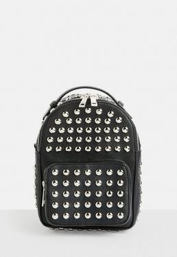 Czarny mały plecak z ćwiekami