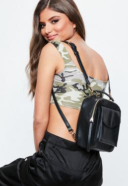 Czarny kwadratowy plecak z kieszonką