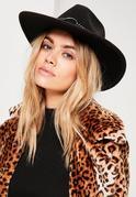 Schwarzer Fedora Hut mit Nietendetails