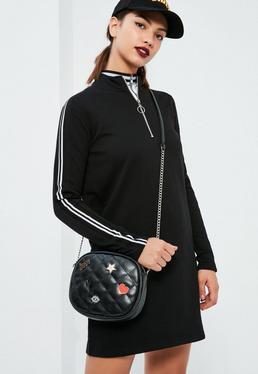 Czarna pikowana torebka z naszywkami i paskiem na ramię