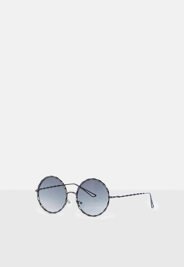 Runde Sonnenbrille mit metallischem Rahmen in Schwarz | Missguided