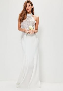 Ślubna biała sukienka maxi z koronkowymi zdobieniami i zapięciem na szyi