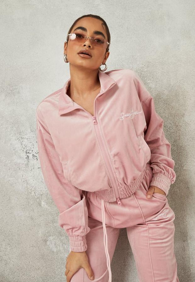 Artikel klicken und genauer betrachten! - Sean John x Missguided kurze Velours-Jacke mit Reißverschluss in Rosa   im Online Shop kaufen