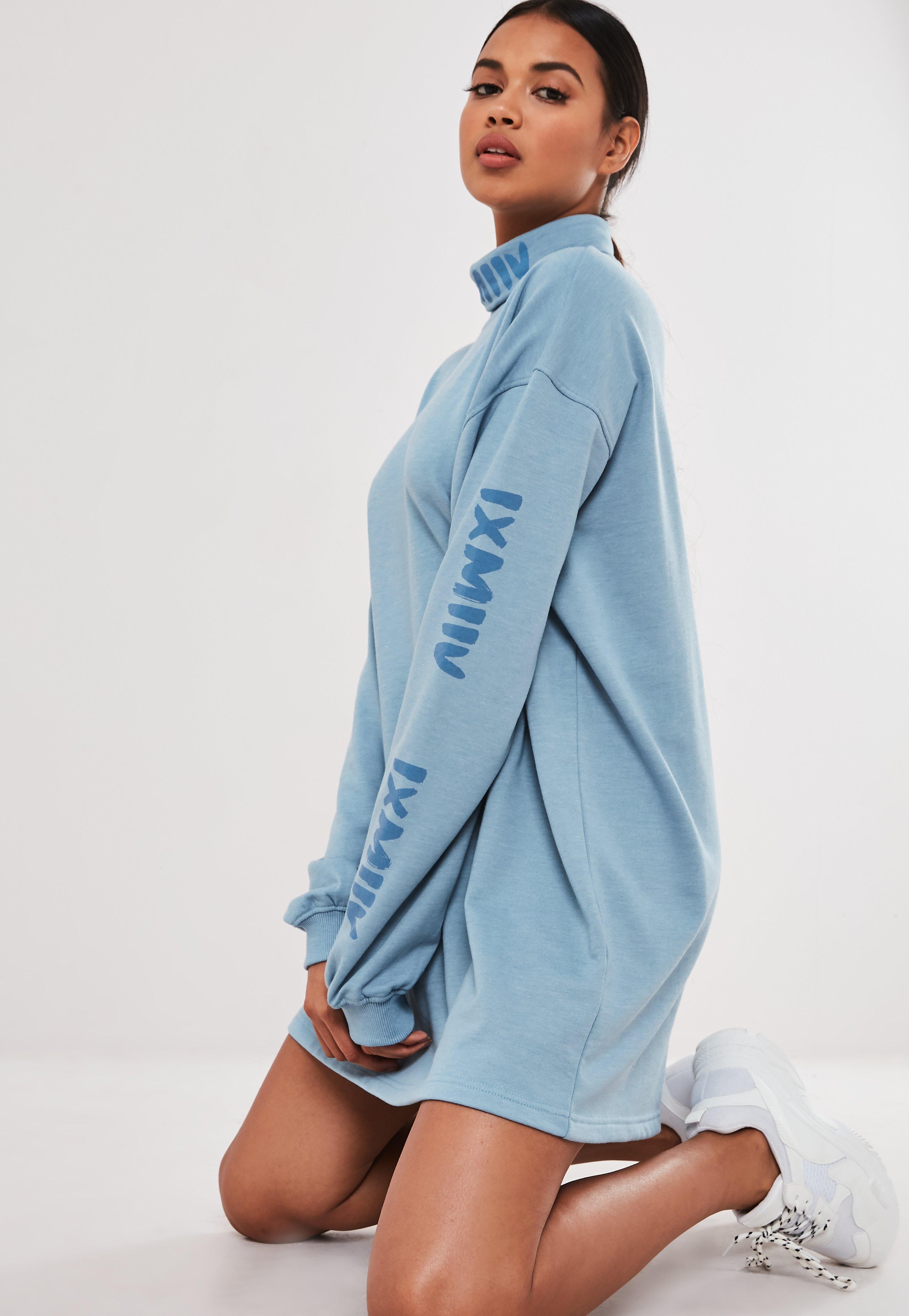 detallado 4d6d8 235d3 Vestido sudadera de cuello vuelto con grafismo en azul