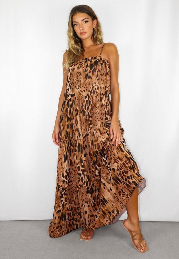 Artikel klicken und genauer betrachten! - Stufenkleid in Midi-Länge mit Spaghettiträgern und Leopardenmuster in Braun   im Online Shop kaufen