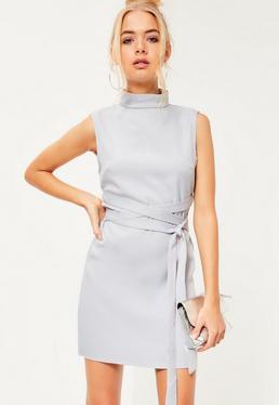 Vestido recto de cuello alto con lazo en la cintura gris