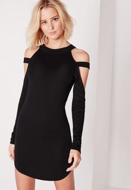 Czarna dopasowana sukienka z zaokrąglonym dołem i ozdobnymi ramiączkami