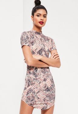 Wzorzysta sukienka mini na krótki rękaw