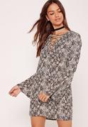 Geschnürtes Kleid mit Trompetenärmeln und Schlangenprint in Grau