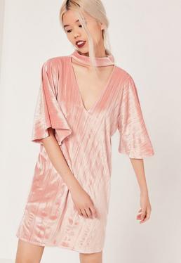 Vestido recto de terciopelo con gargantilla rosa